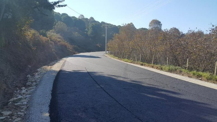 Ağır tonajlı kamyonların çalıştı yola sıcak asfalt serildi