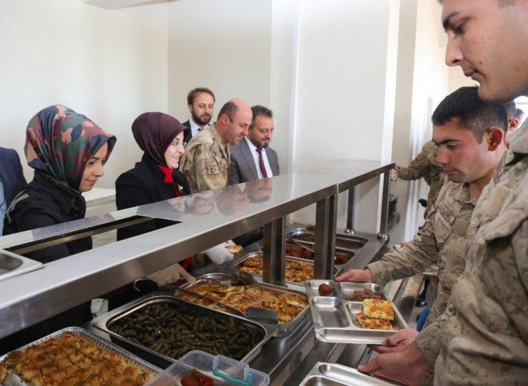 Meramlı annelerden Lice'deki askerlere ev yemeği