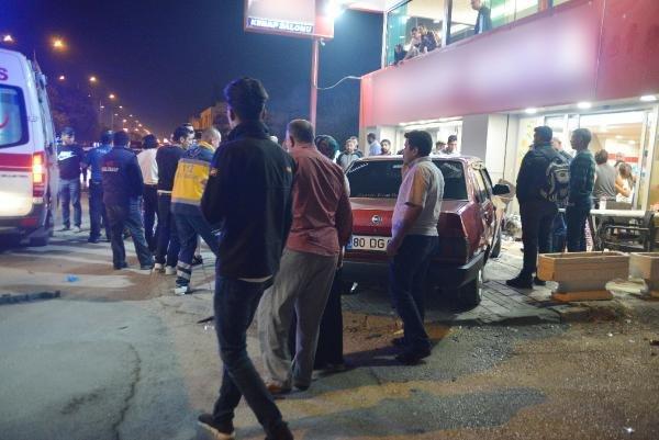 Otomobil, kebapçıya daldı: 2 yaralı