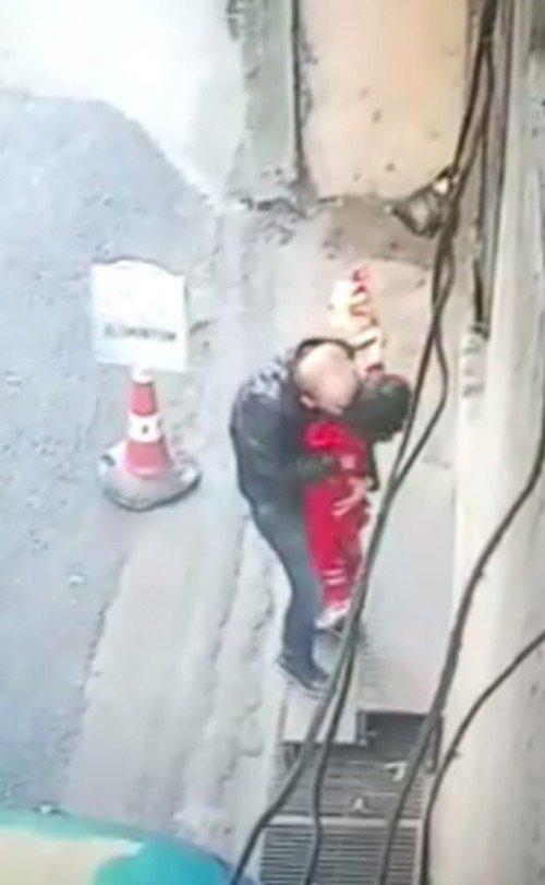 Küçük kıza taciz güvenlik kamerasında