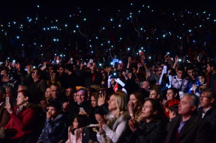 Hande Yener ve Ece Seçkin'den muhteşem performans