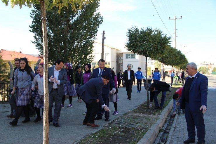 Solhan'da ilçe protokolü ve öğrenciler çöp topladı