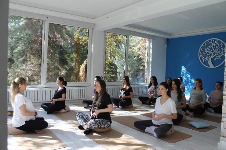 """İkiz bekleyen yoga uzmanından """"hamile yogası"""""""