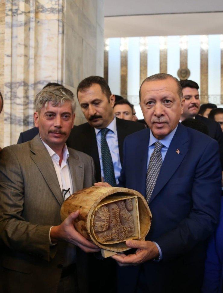 Allah yazan balı Erdoğan'na hediye etti