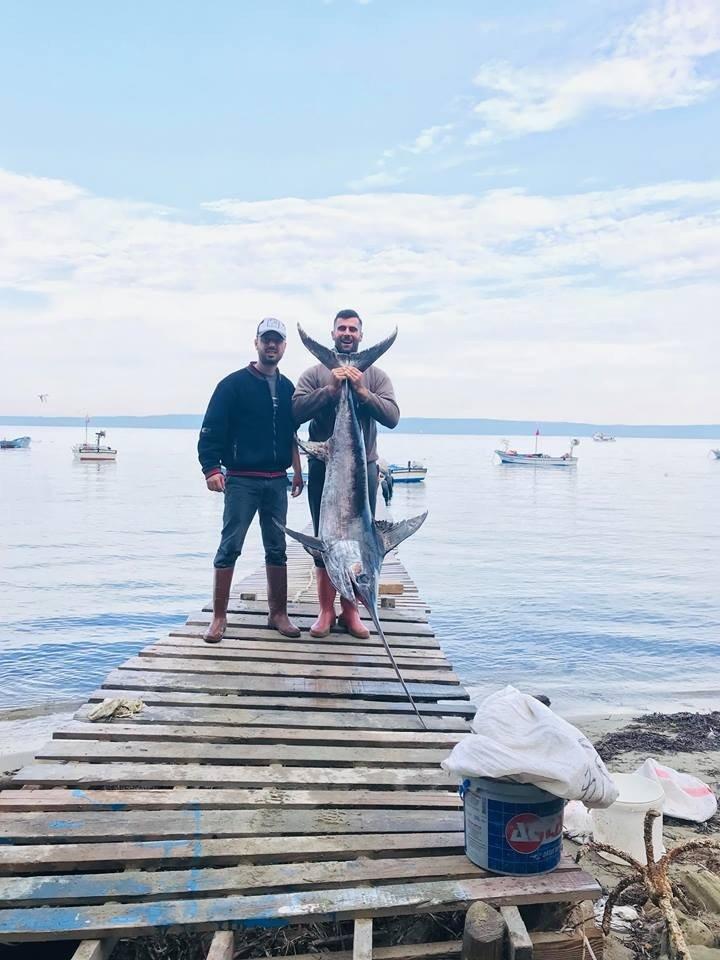 2 metre 30 santim boyunda kılıç balığı yakaladılar