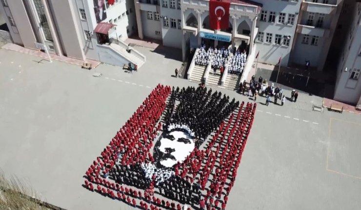 Kars'ta ilkokul öğrencilerinden Atatürk koreografisi