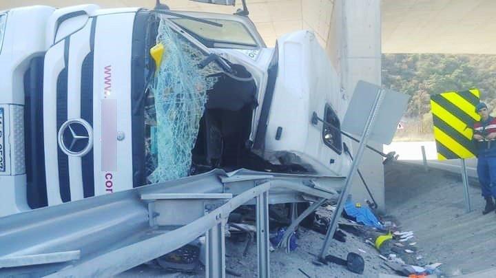 Üst geçide çarpan tırın sürücüsü öldü