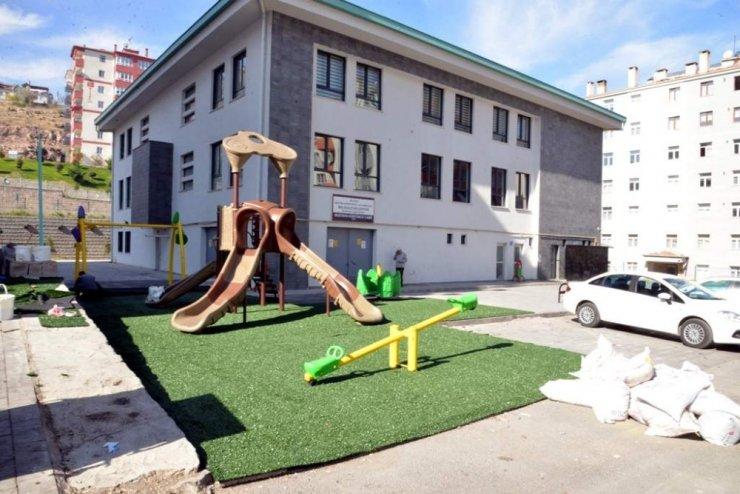 Melikgazi Belediyesi çocuk oyun alanlarına sentetik çim döşedi