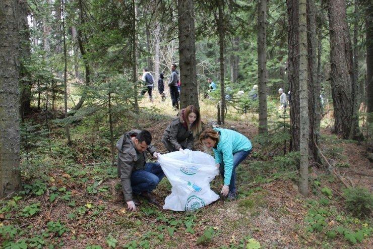 """Ilgaz Dağı Milli Parkı'nda """"Milli Parkını Temiz Tut"""" sloganı ile çevre temizliği yapıldı"""