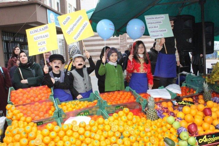 Mnik öğrenciler, okulları için pazarcı olup tezgahın başına geçti
