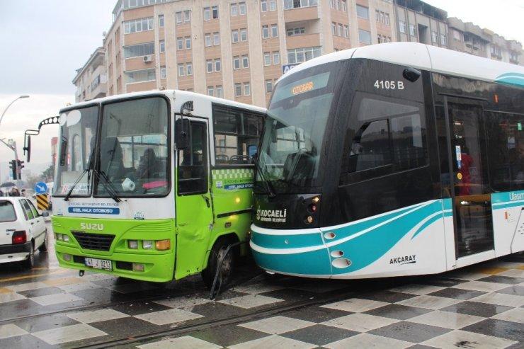 Tramvay halk otobüsü böyle çarpıştı