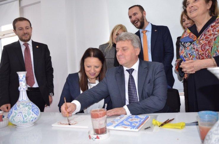 Cumhurbaşkanı çocuklarla öz çekim yaptı, eşinin resmini çiniye çizip imzaladı