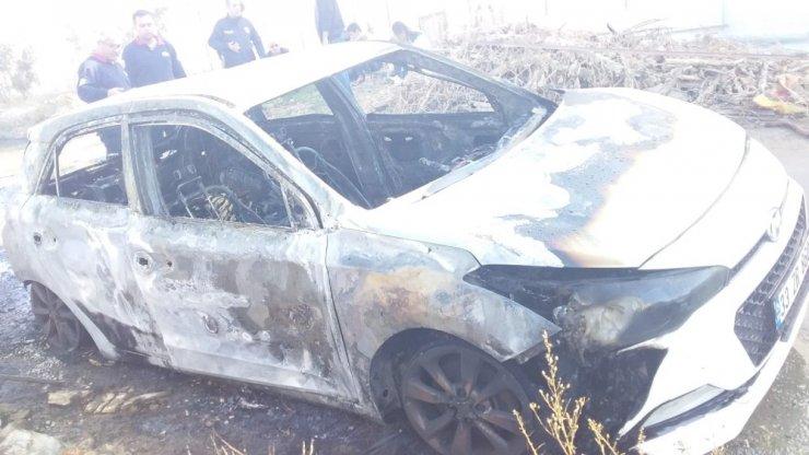 Engelli şahsın otomobili park halindeyken yandı