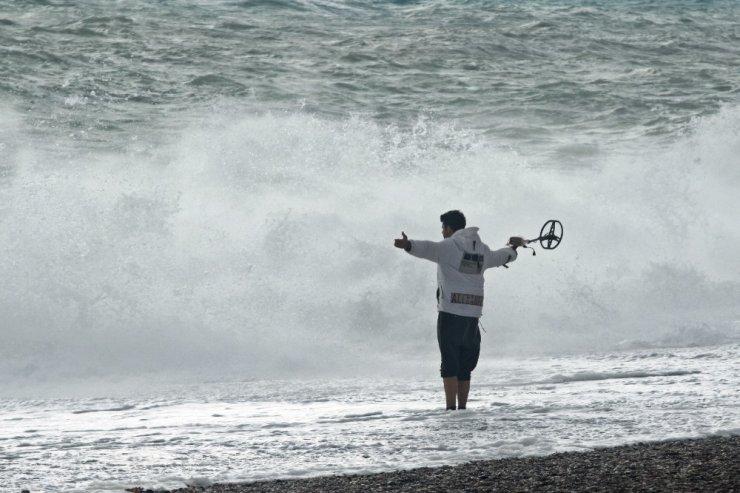 Dünyaca ünlü sahilde dev dalgaların görsel şöleni