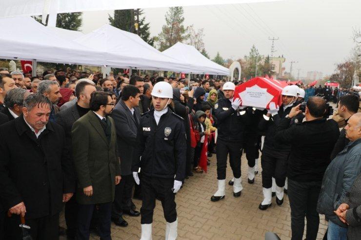 Şehit polis, kahrolsun PKK sloganları ile defnedildi