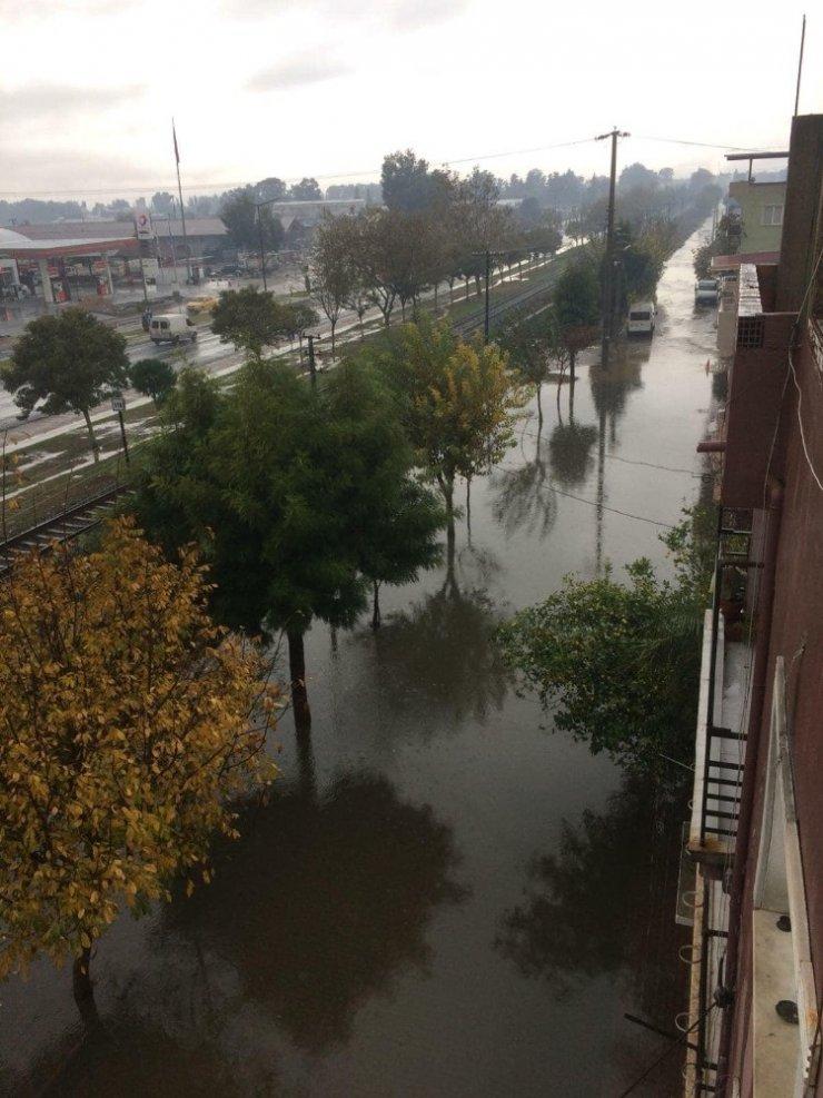 Sağanak yağmur Acarlar'ı göle çevirdi