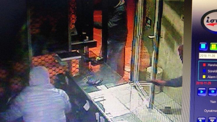 Kuyumcuya giren hırsızlar altın dolu kasayı açamadan kaçtı... O anlar kamerada