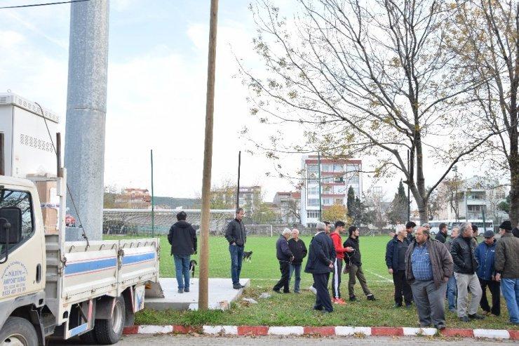 Çardak'ta futbol sahasına kurulacak baz istasyonuna tepki