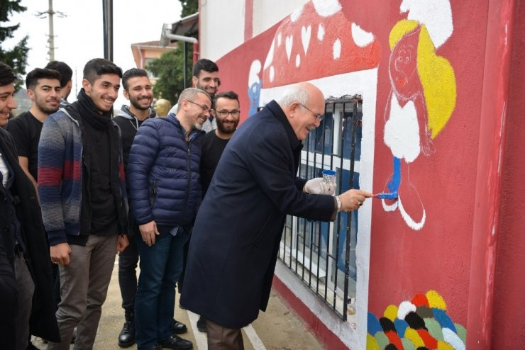 Üniversiteli öğrenciler köy okulunu boyayıp kütüphane kurdu