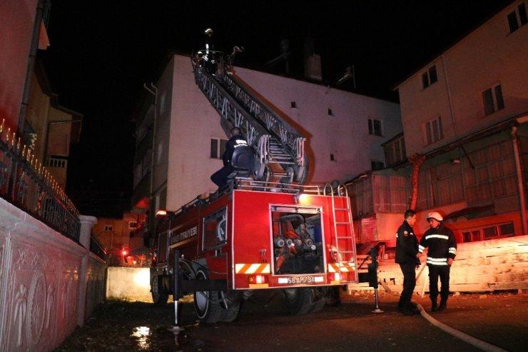 Sivas'ta korkutan yangın mahalleli sokağa döküldü