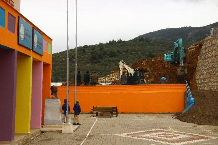 Yağmur sebebiyle okulun istinat duvarı çöktü