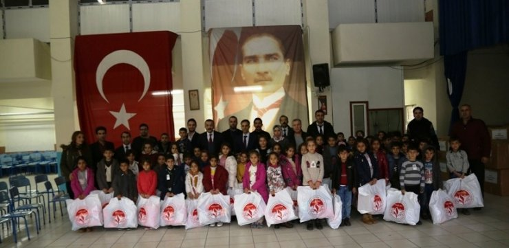 Başkan Çelik öğrencilere kışlık giysi yardımı programına katıldı