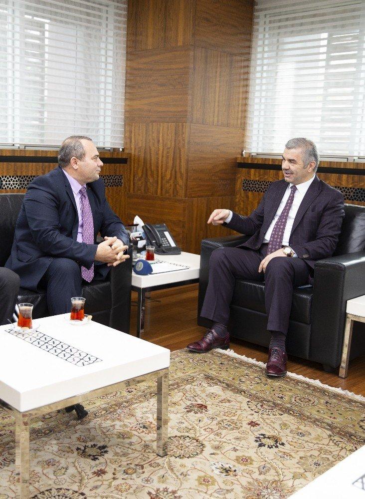 Anadolu Sakatlar Derneği Genel Merkezi Başkan Çelik'i ziyaret ederek destekleri nedeniyle teşekkür plaketi verdi