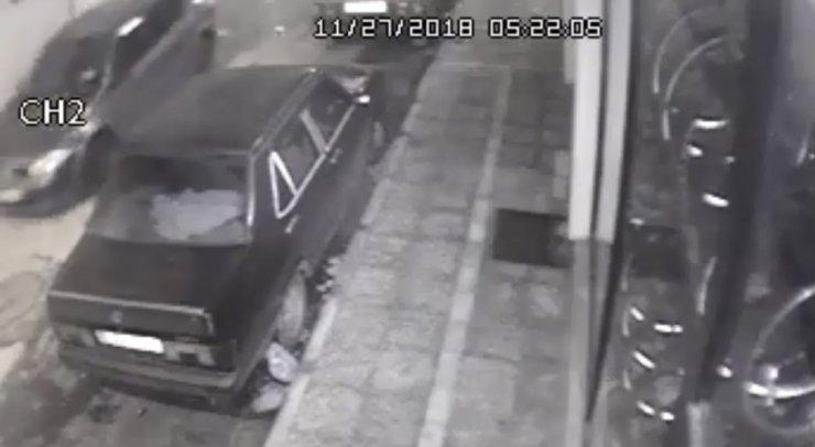 Oto hırsızları güvenlik kamerasına yakalandı