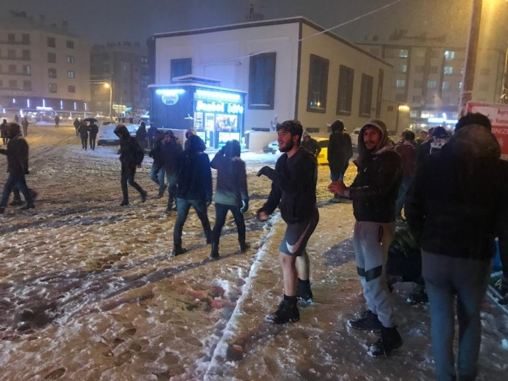 Afyonkarahisar'da yoğun kar yağışı sevinçle karşılandı