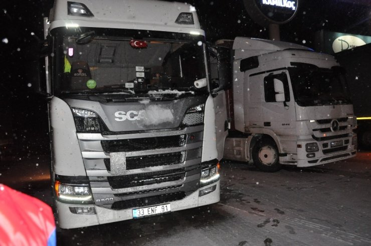 Kar ve tipi Antalya-Afyonkarahisar karayolunda trafiği durma noktasına getirdi