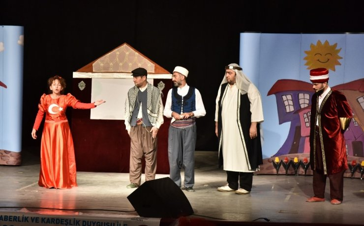 Öğrencilere tiyatro oyunuyla birlik, beraberlik ve kardeşlik duyguları aşılanıyor
