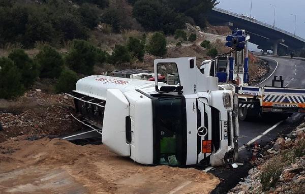 Fuel oil yüklü tanker devrildi, tonlarca yakıt yola döküldü