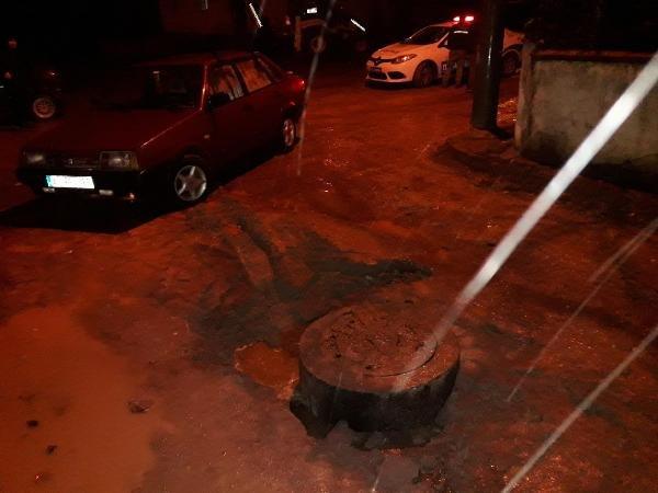 Kanalizasyonun etrafındaki toprak çöktü, otomobil çukura düştü