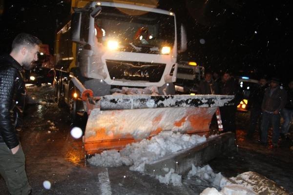 Kar yağışı nedeniyle karayolu 2 saat trafiğe kapalı kaldı