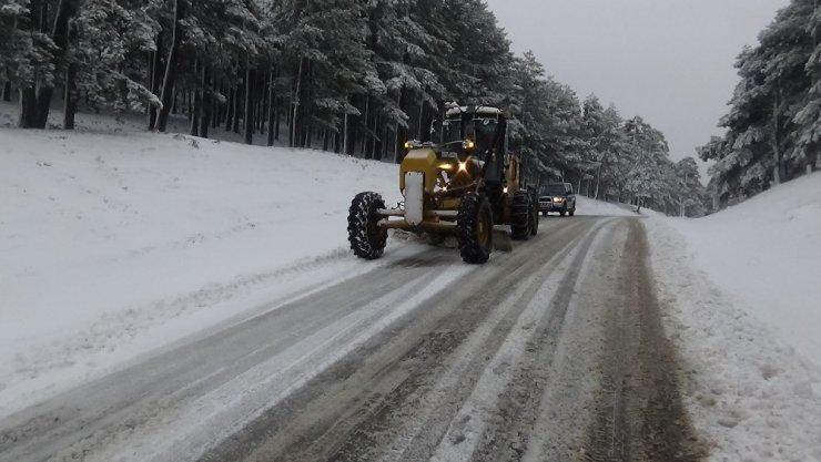 Kazdağları'nda şiddetli kar trafiği olumsuz etkiliyor