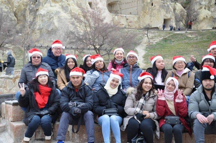 Singapurlu turistler Kapadokya'yı neol şapkasıyla gezdi