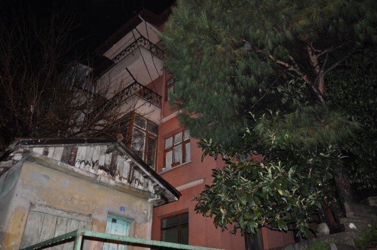 Zonguldak'ta 2 bina duvarlarındaki çatlaklar nedeniyle boşaltıldı