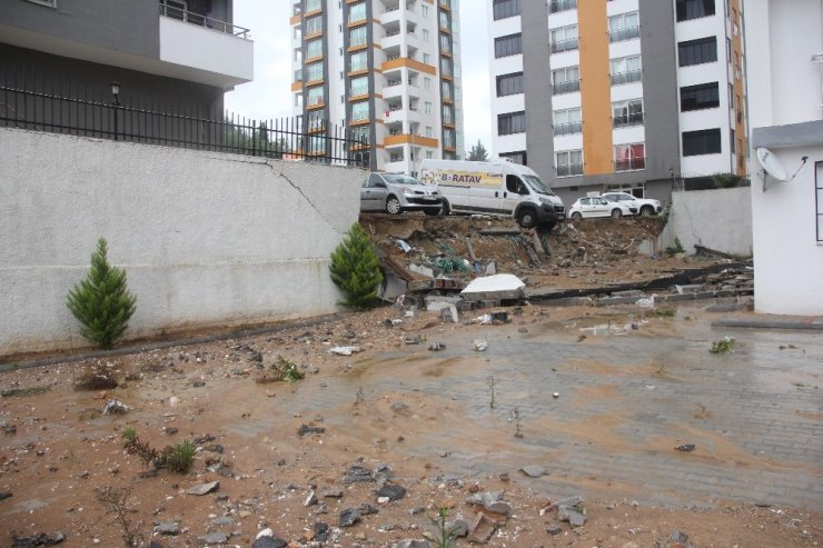 İstinat duvarı çöktü, minibüs askıda kaldı