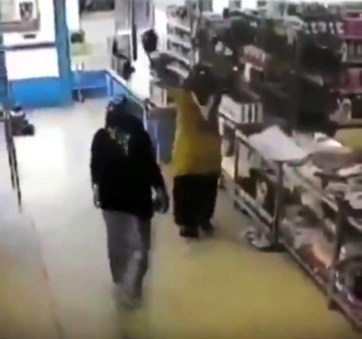 Marketteki boksör kadınlar gülmekten kırdı geçirdi