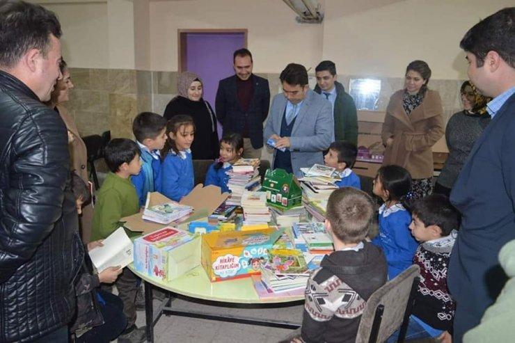 İlkokul öğrencilerinden kardeş okula kütüphane