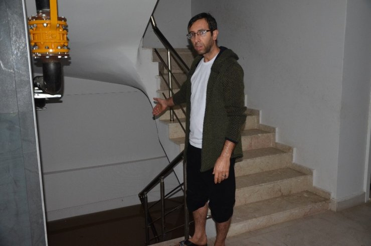 Adana'da sağanak yağış su baskınlarına yol açtı