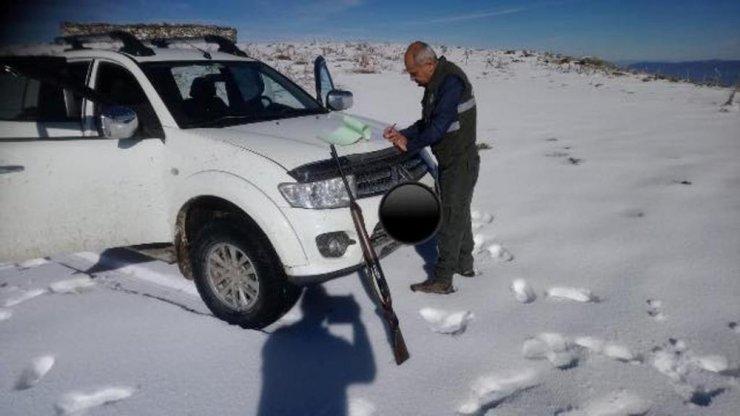 Doğa Koruma ekipleri karlı bölgelerde tavşanlar için seferber oldu