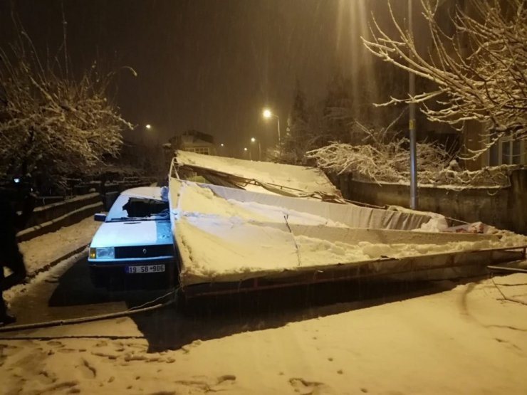 Kar yağışı nedeniyle taziye çadırı çöktü 2 otomobil hasar gördü