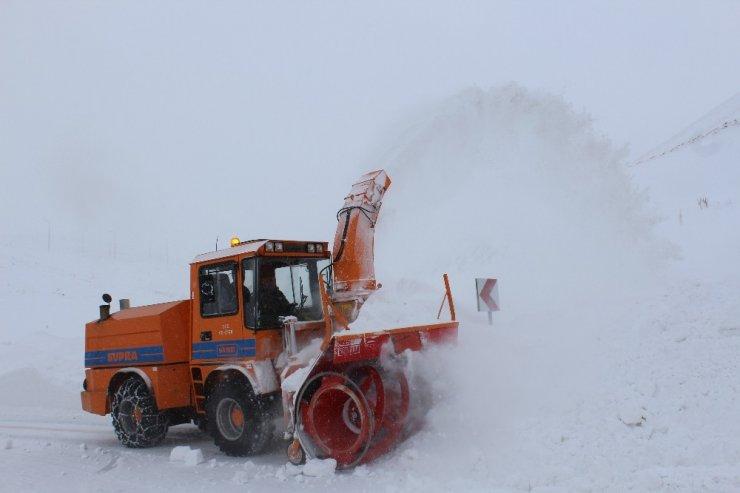 Doğu'da kar ve tipi yolları ulaşıma kapattı