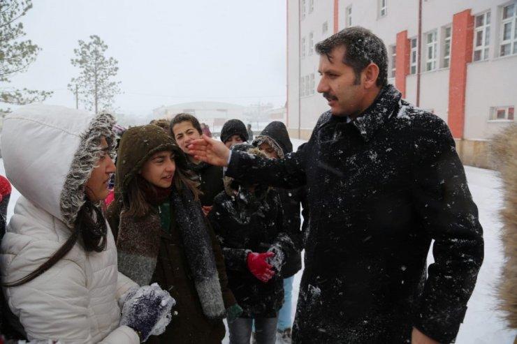 Okulları tatil edip, öğrencilerle kar topu oynadı