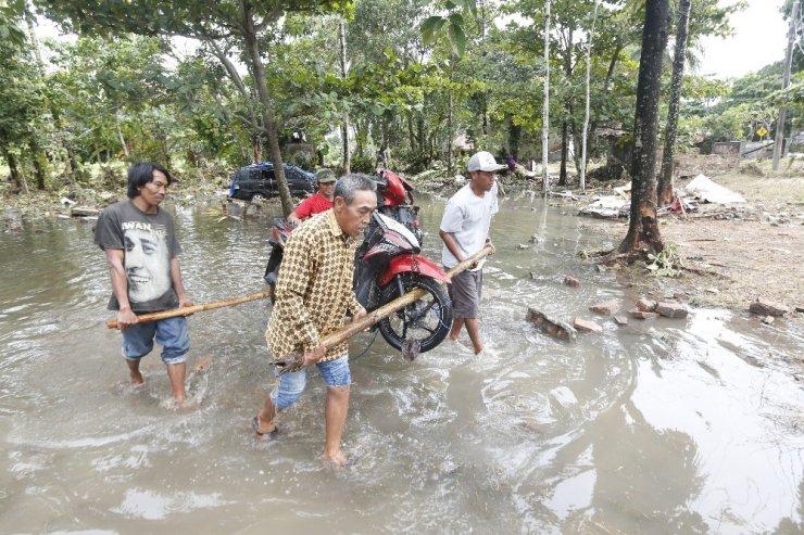 Endonezya'da şiddetli yağış arama faaliyetlerini zorlaştırıyor