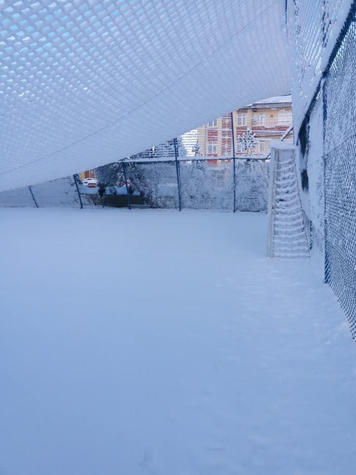 Aşırı kar yağışı sonucu halı sahanın koruma telleri çöktü