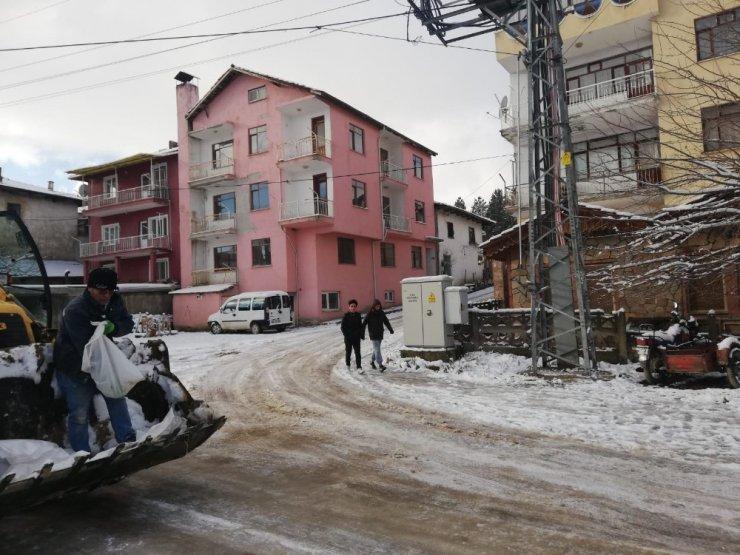 Buzlanmaya karşı cadde ve sokaklar tuzlanıyor
