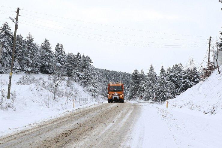 Karabük-Bartın karayolunda sürücüler kardan dolayı zor anlar yaşıyor