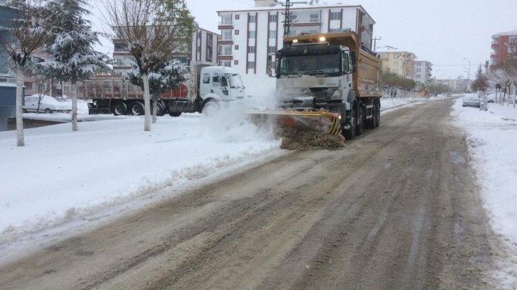 Kırşehir'de karın yağmasıyla çocuklar sokaklara akın etti
